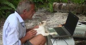 Gauthier Toulemonde, son chat, sorn ordinateur et ses batteries